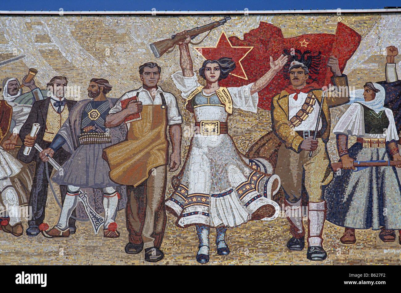 Musée national d'histoire, avec la façade en mosaïque de l'Histoire victorieuse de l'Albanie, Photo Stock