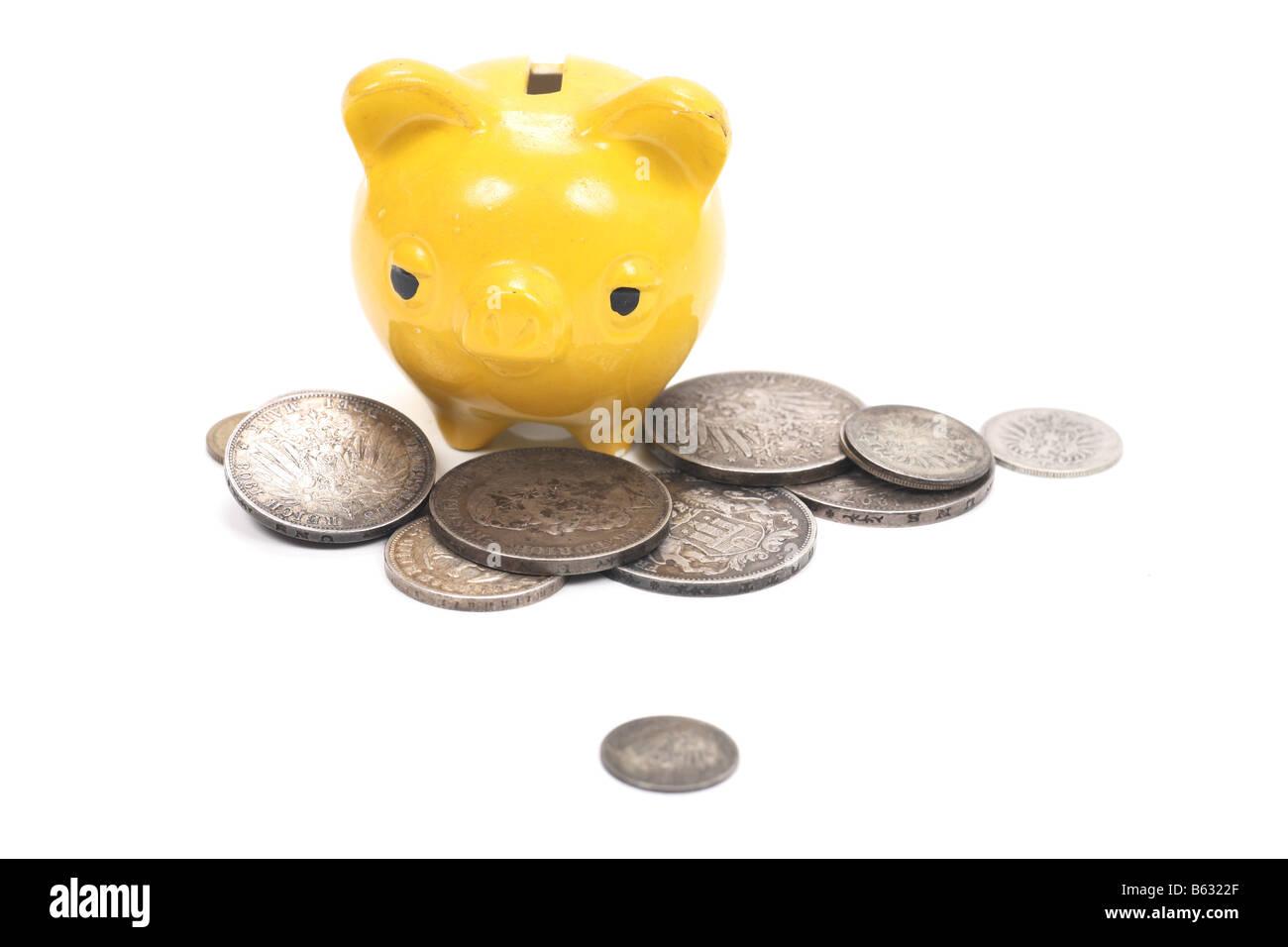 Tirelire jaune avec de très vieilles pièces Banque D'Images
