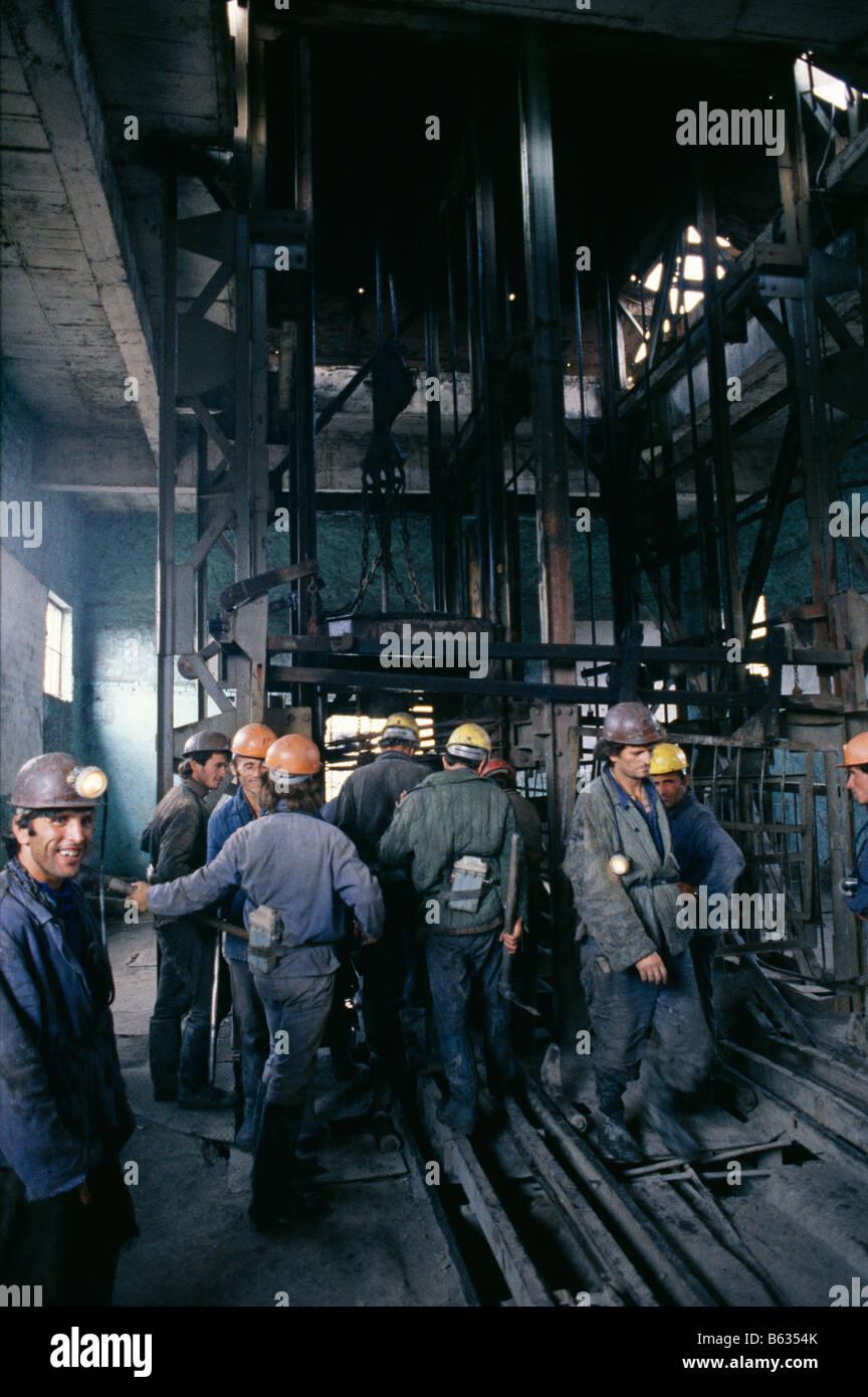 Les mineurs de charbon à l'entrée de mine, de l'Albanie 1992 Photo Stock