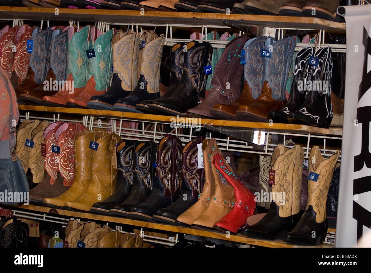 e9201ed57d5 Rangées de Ornate Ladies  bottes western en vente sur les étagères Photo  Stock