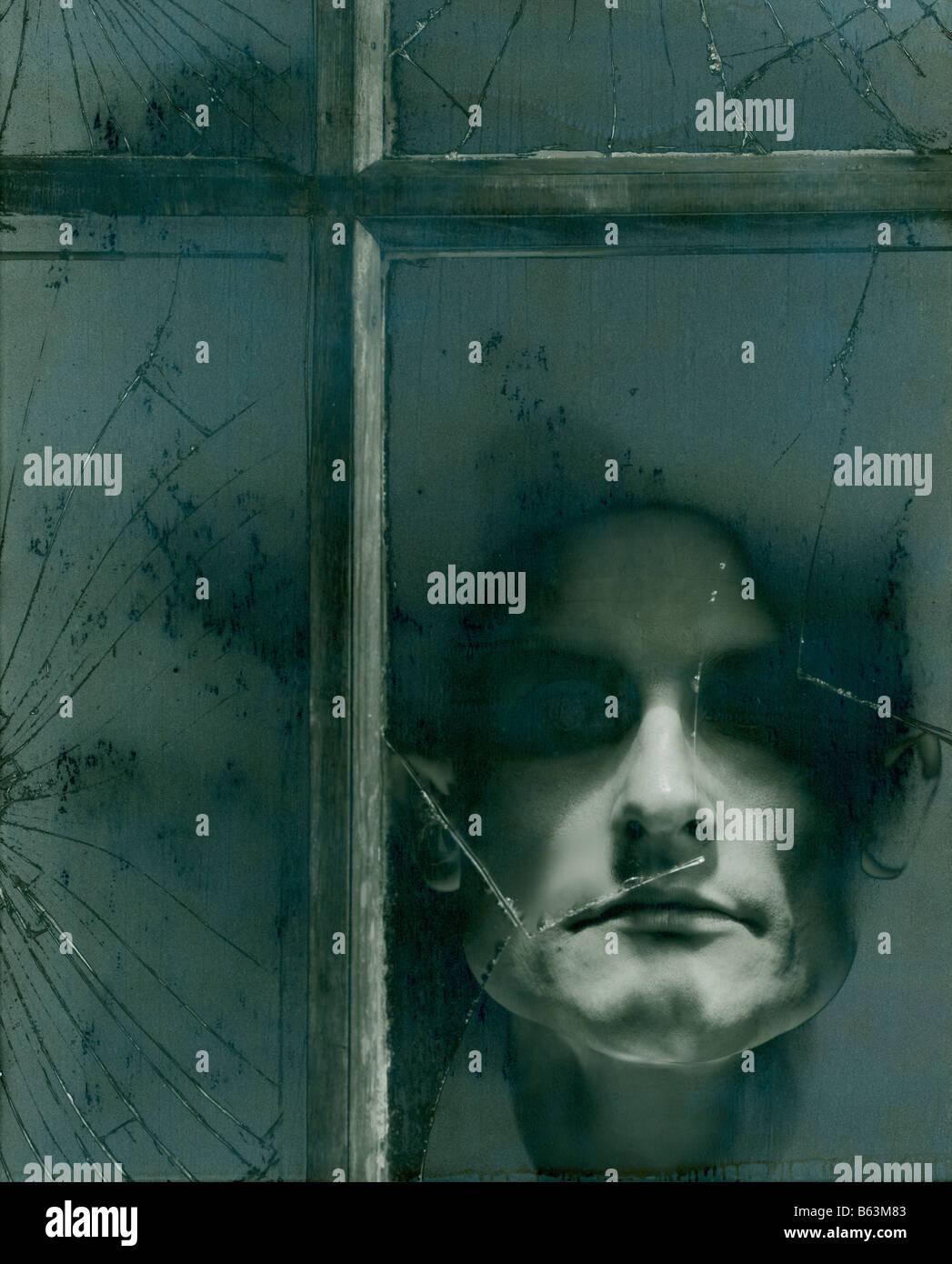 Monochrome une photographie en noir et blanc avec un homme à la recherche dans le cadre d'une fenêtre Photo Stock