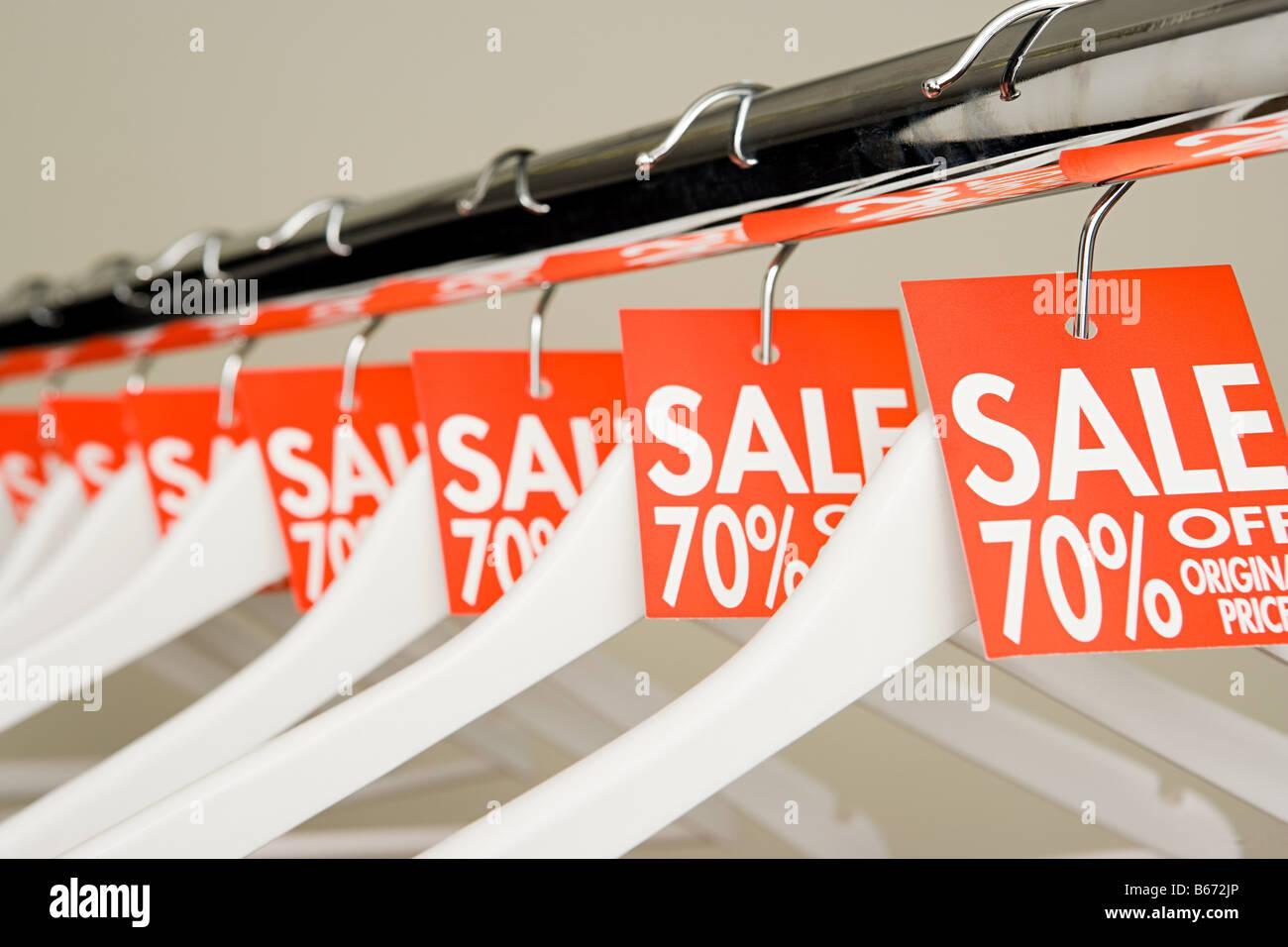 Vente étiquettes sur cintres Photo Stock