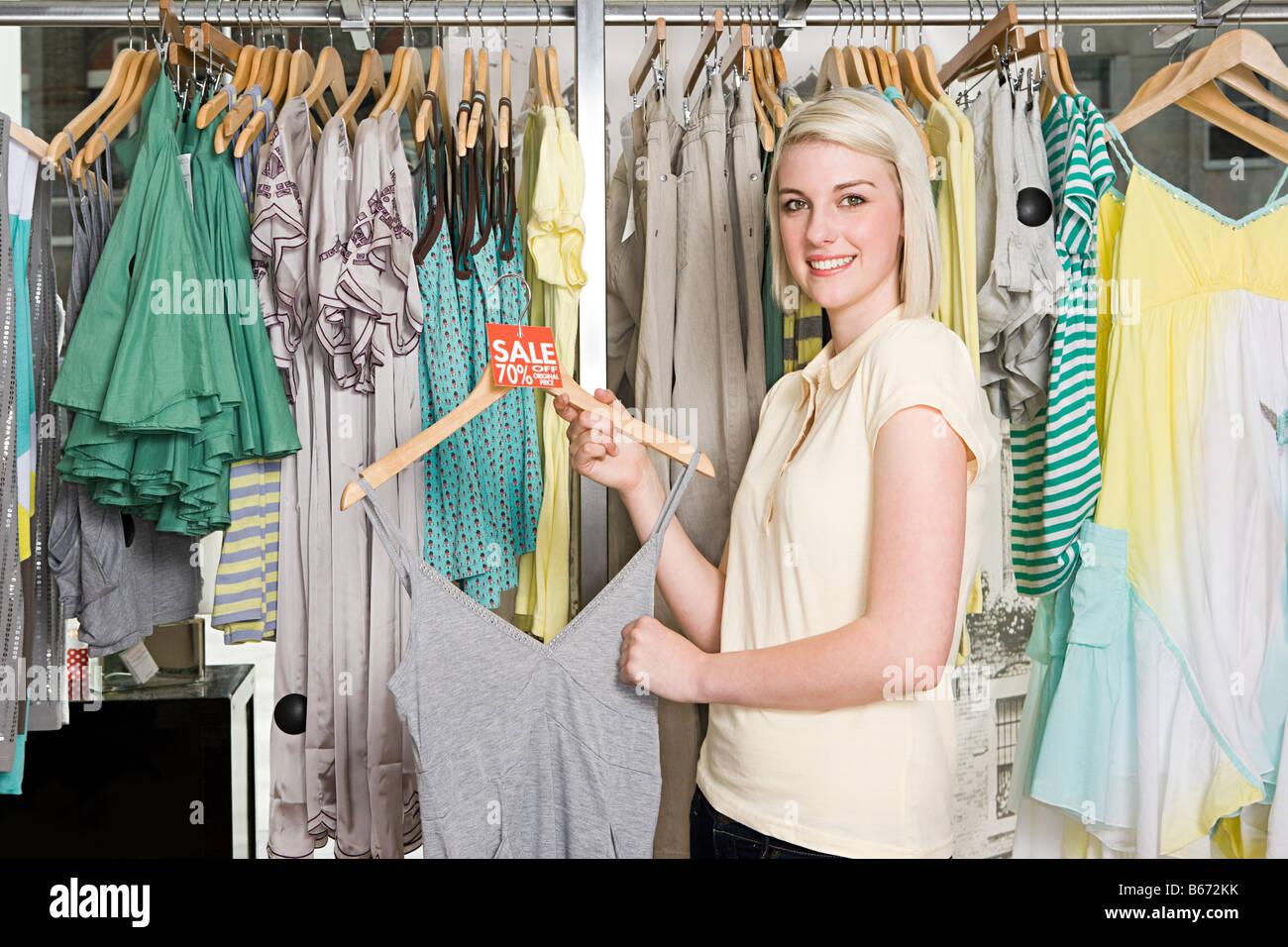 Femme à une vente de vêtements Photo Stock