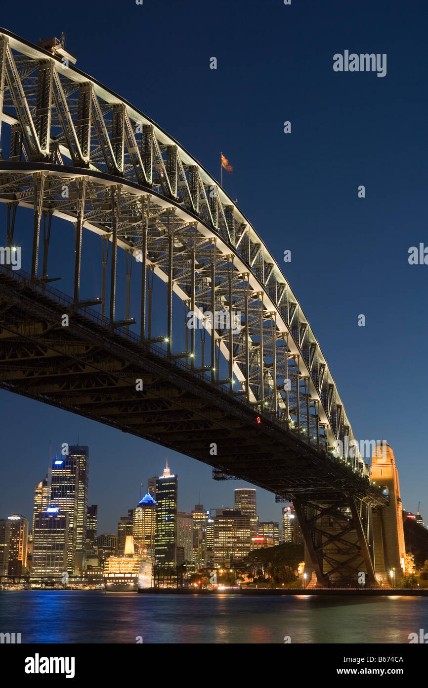 Sydney Harbour Bridge et skyline at nigh Photo Stock