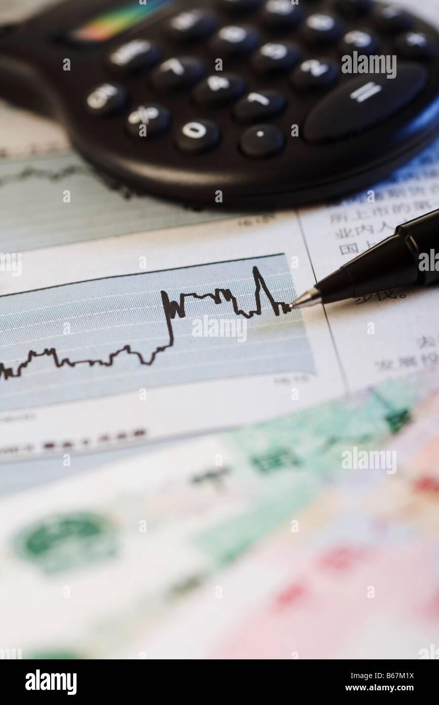 Close-up d'une ligne graphique sur un rapport financier Photo Stock