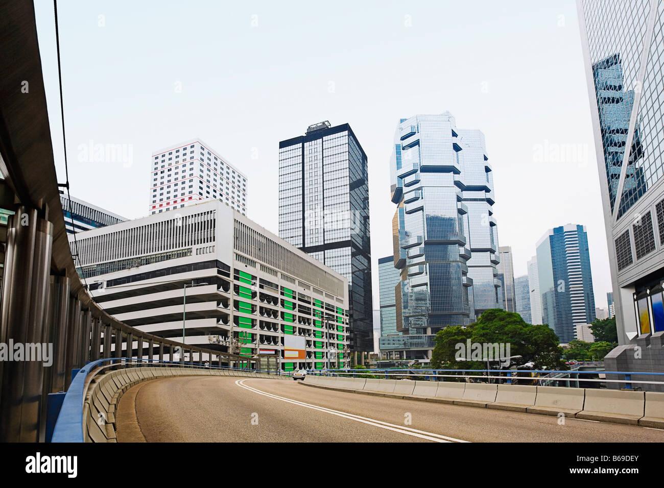 Low angle view of skyscrapers dans une ville, Des Voeux Road, l'île de Hong Kong, Chine Banque D'Images