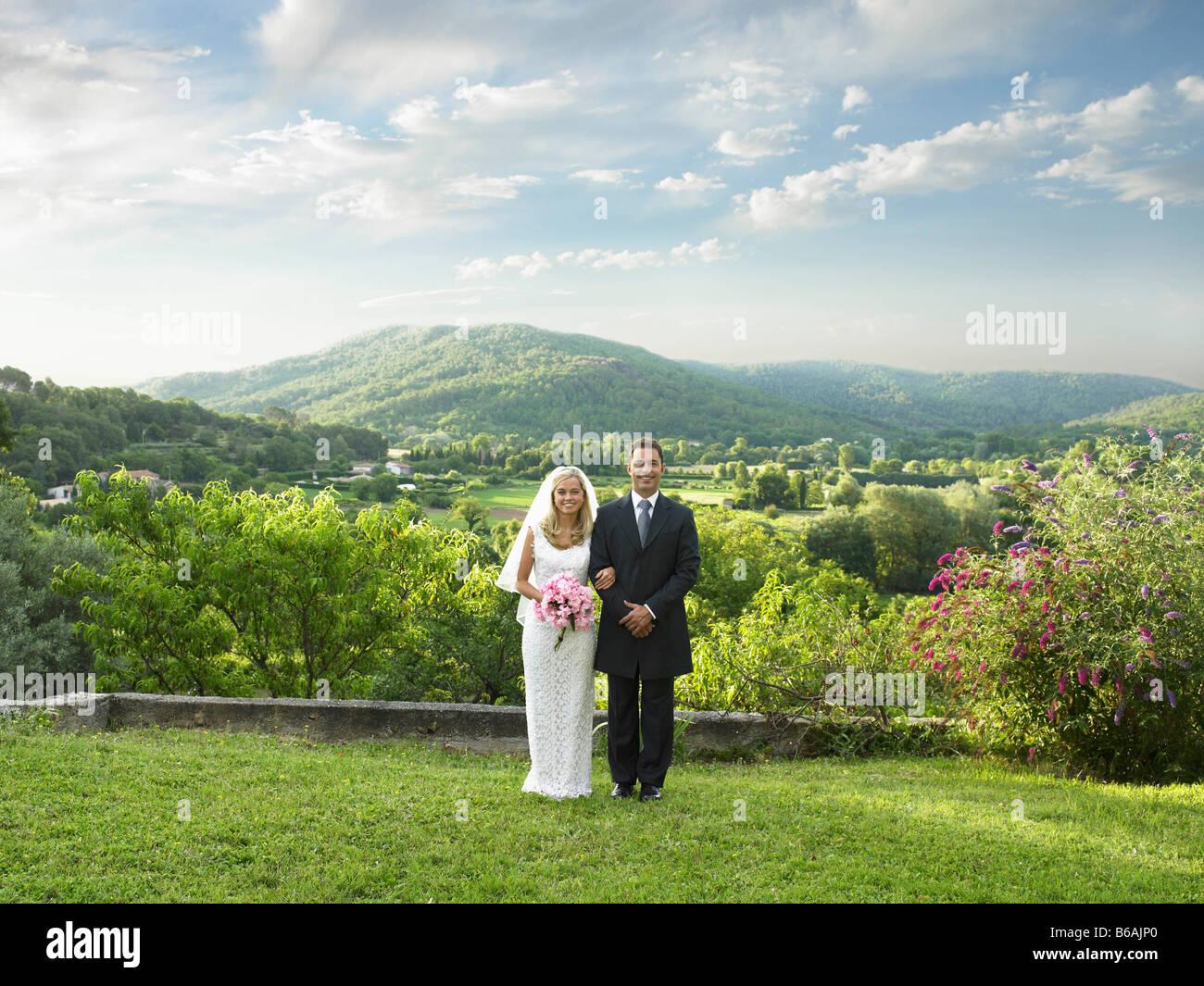Couple de mariage dans le jardin ensoleillé Photo Stock