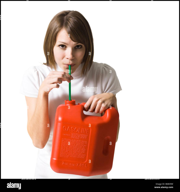 Femme avec un bidon d'essence Photo Stock