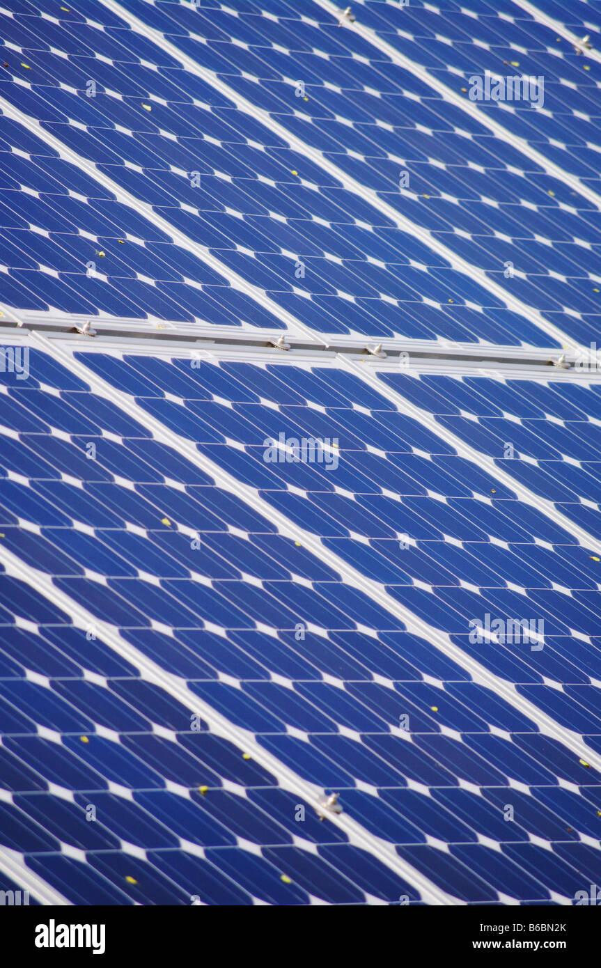 L'énergie solaire à l'extérieur de l'usine Photo Stock
