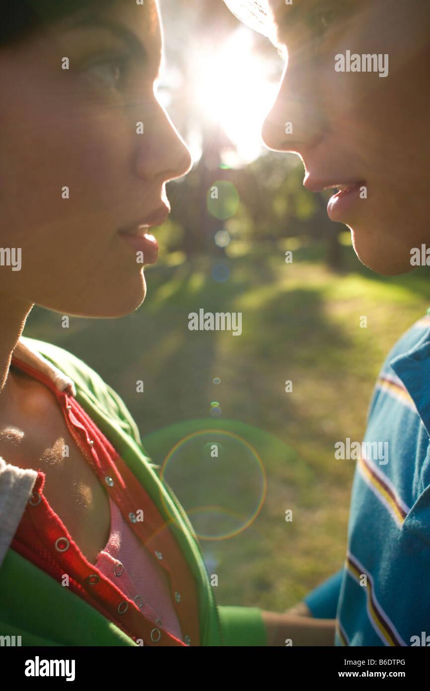 Couple amoureux sur le point de baiser dans la lumière du soleil. Photo Stock