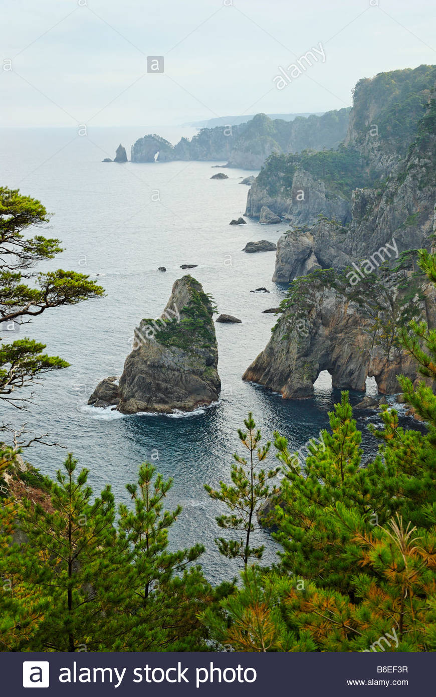 Kitakamizaki rock arches à Promontory dans Tohoku au Japon Photo Stock