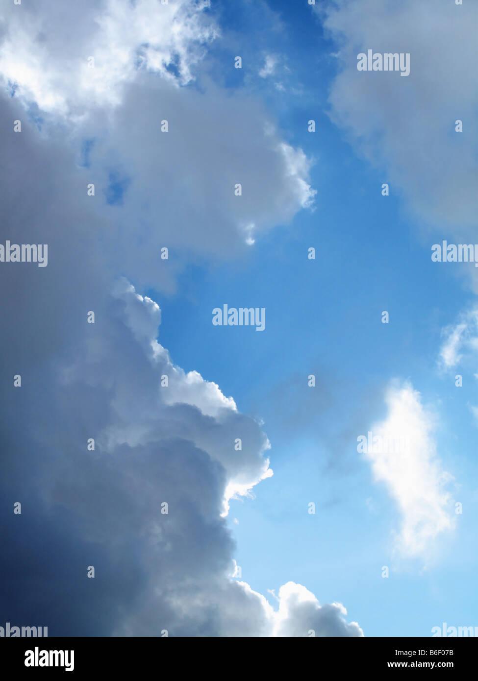 Les nuages de tempête contre le ciel bleu Photo Stock