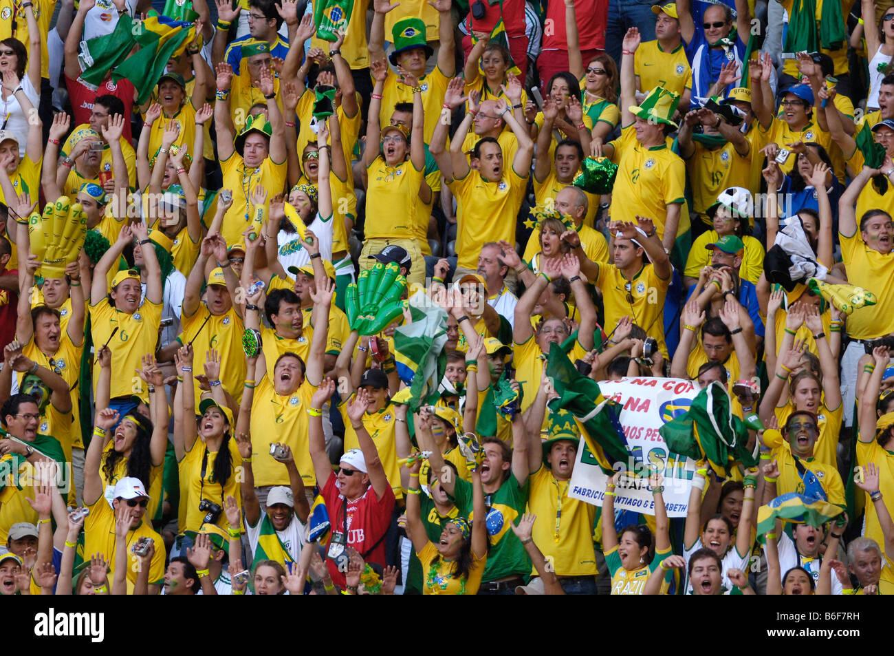 Les fans de football brésilien cheering Banque D'Images