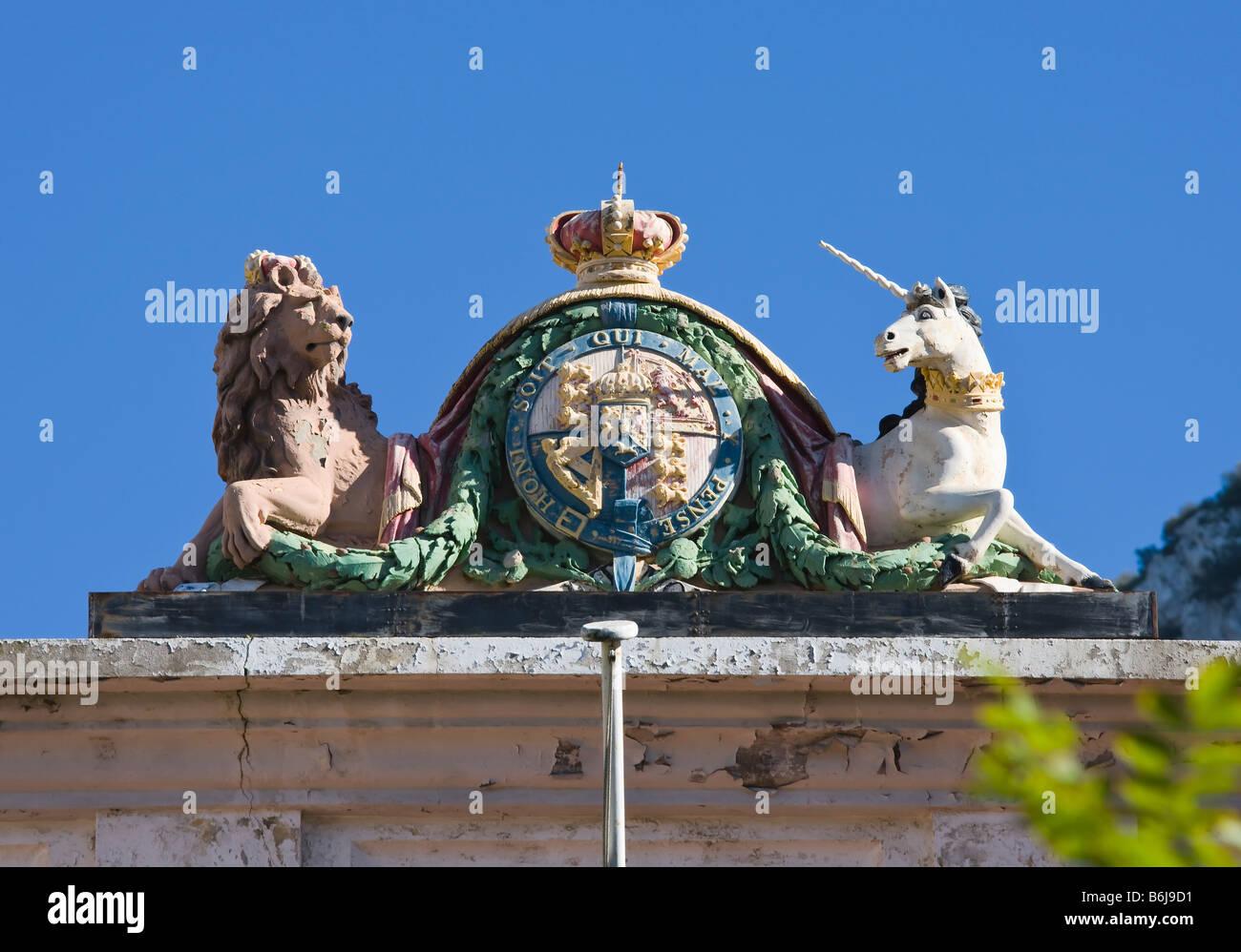 Armoiries royales du Royaume-Uni au-dessus de l'édifice, à Gibraltar Honi soit qui mal y pense Photo Stock