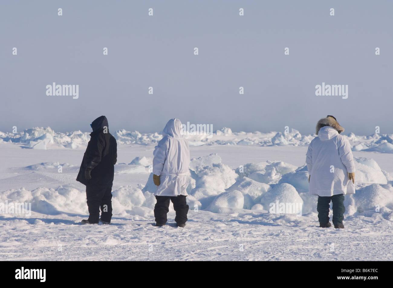Les baleiniers de subsistance Inupiaq potentiellement dangereux d'évaluer l'état des glaces de Photo Stock