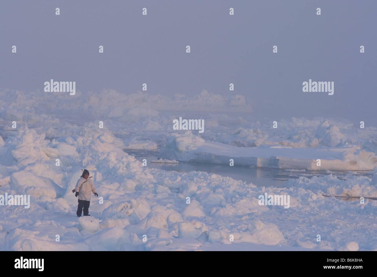 Les baleiniers de subsistance Inupiaq potentiellement dangereux d'évaluer les conditions de la glace dans Photo Stock