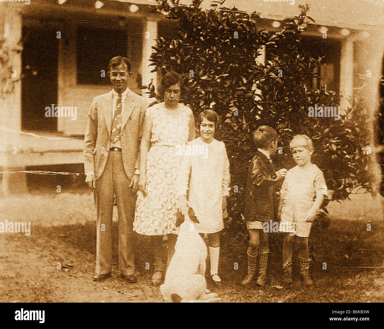 Retro photo de famille et chien vers 1927 Photo Stock