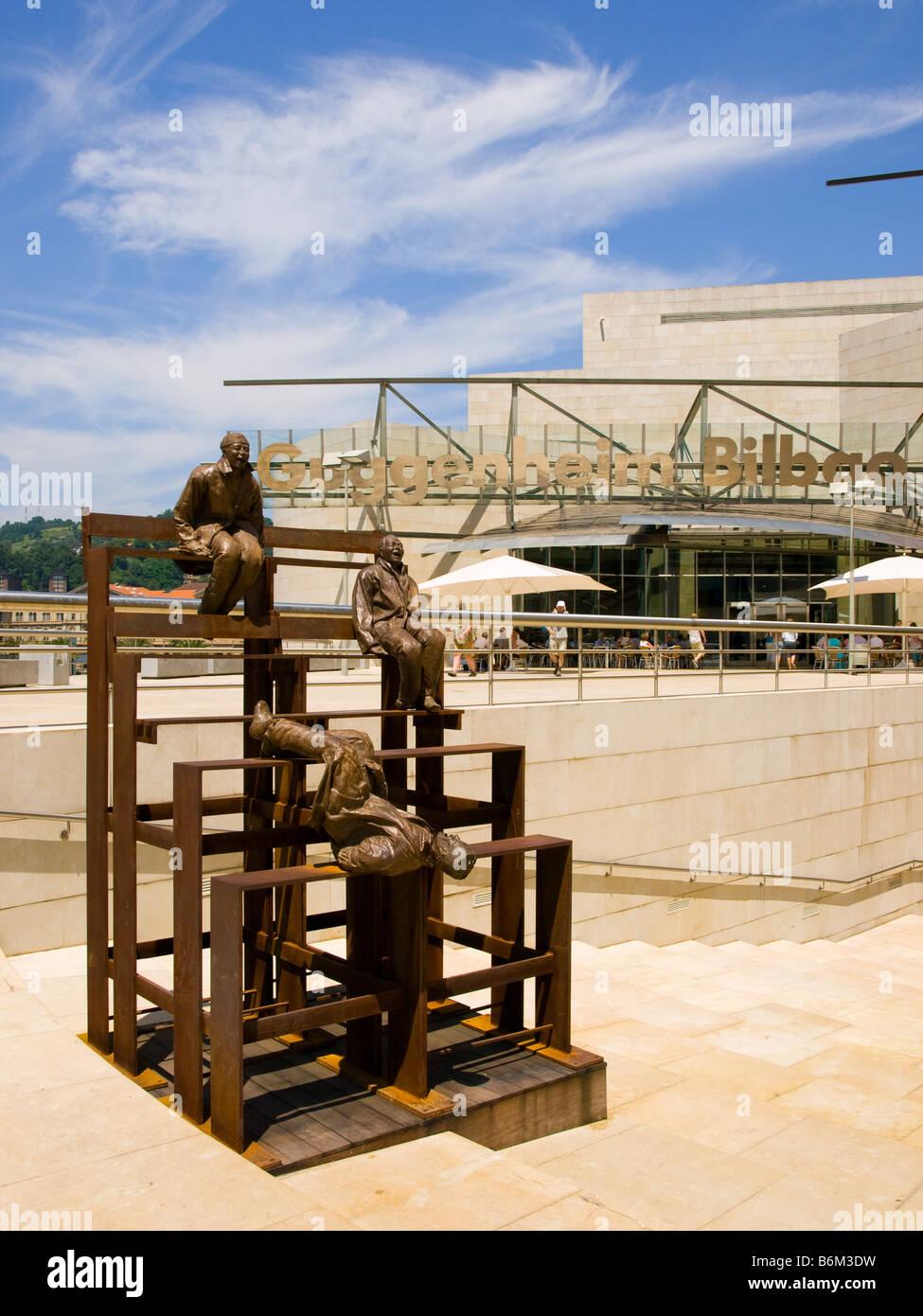 Juan Muñoz's 'treize rire à chaque autre (2001)' à l'extérieur de l'entrée Photo Stock