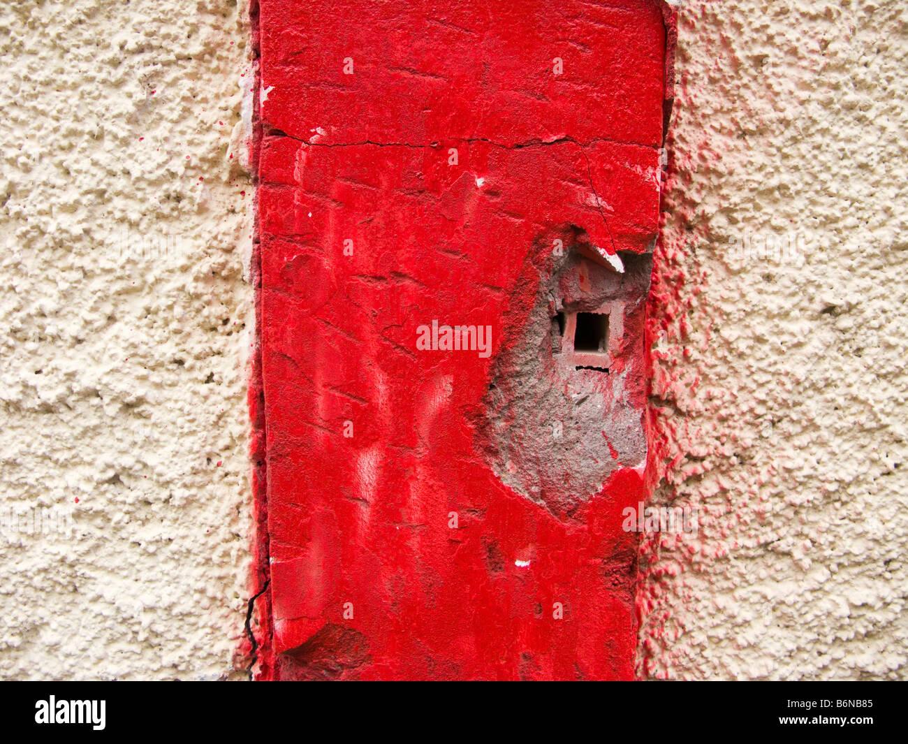 Pilier brisé peint en rouge Photo Stock