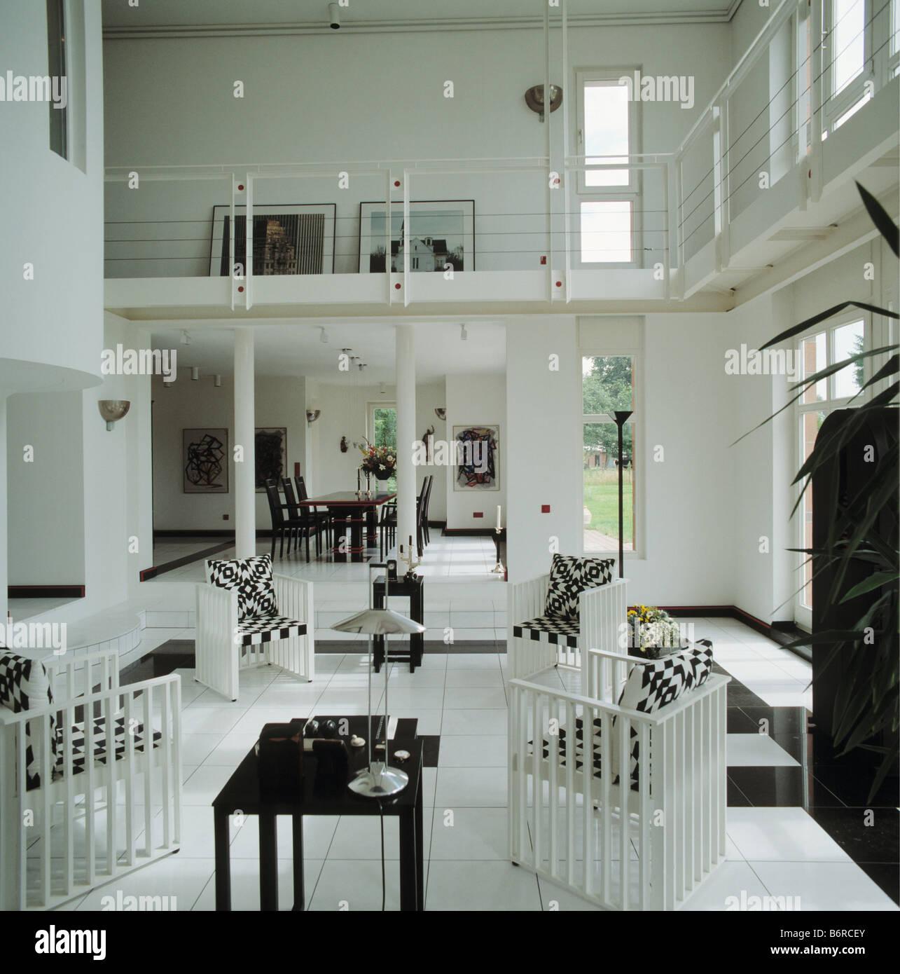 Coussins noir et blanc sur des chaises blanches en hauteur ...