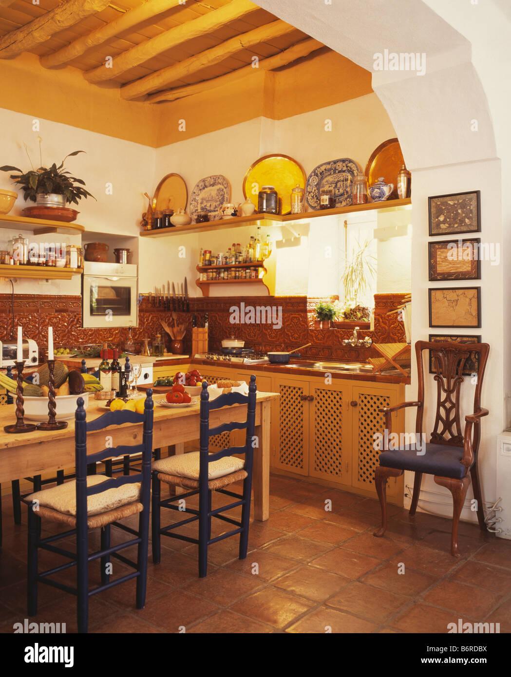 cuisine tomette table en bois chaises ladderback en espagnol pays cuisine