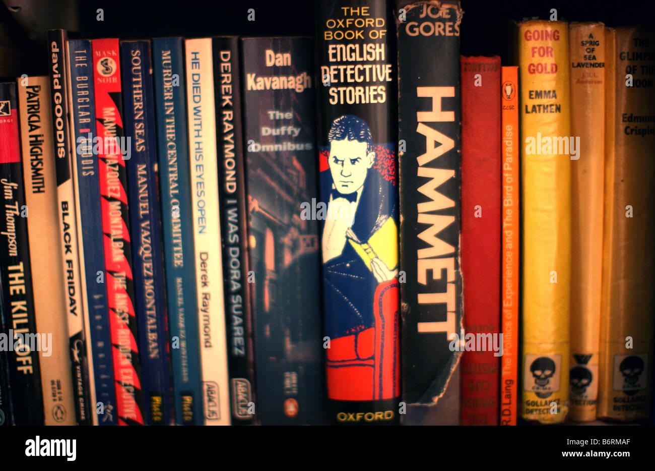 Detective & crime fiction sur une étagère Photo Stock