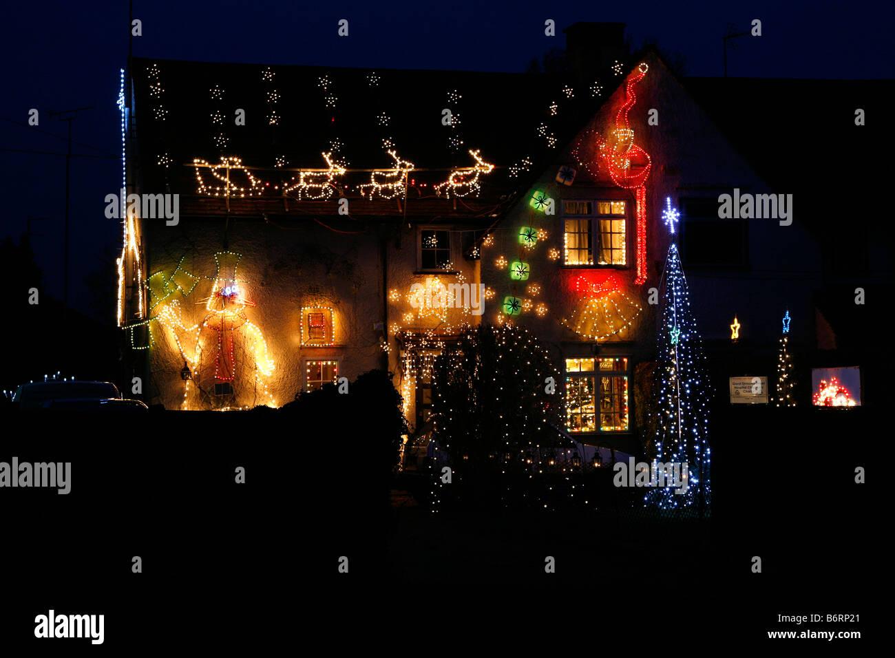 Une maison dans le sud de Heath, Buckinghamshire, Angleterre illuminé avec des lumières de fête pour Photo Stock