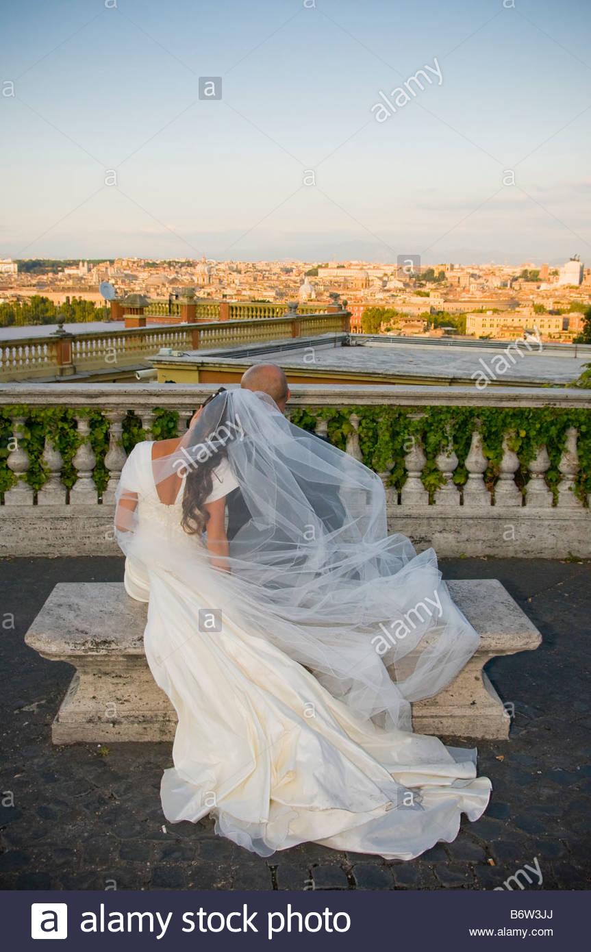 Jeunes mariés à la recherche de l'horizon romain. Photo Stock