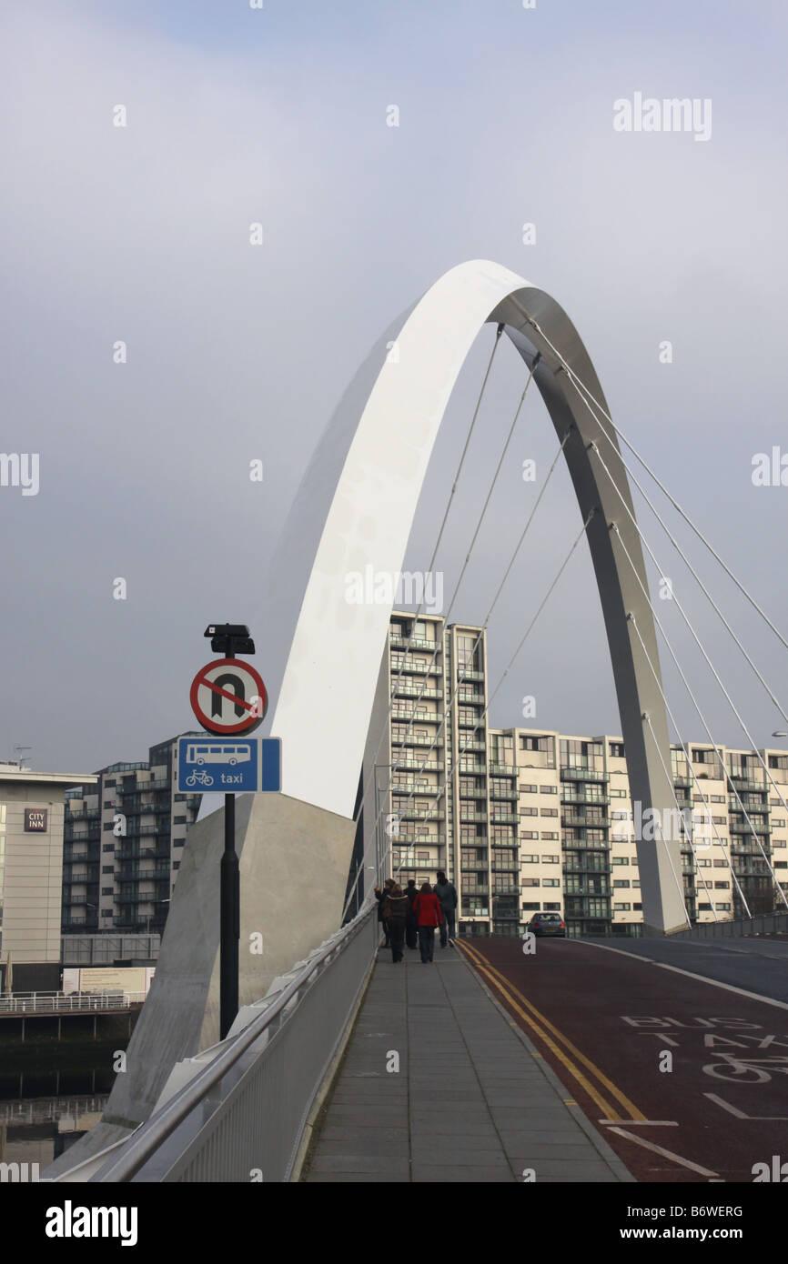 Les piétons qui traversent l'arc clyde Glasgow Ecosse décembre 2008 Banque D'Images