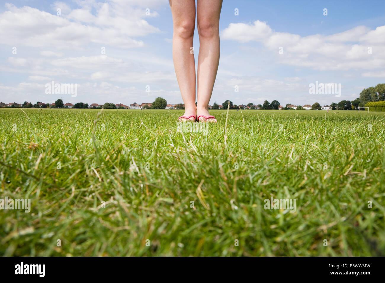 Les jambes des femmes dans park Banque D'Images