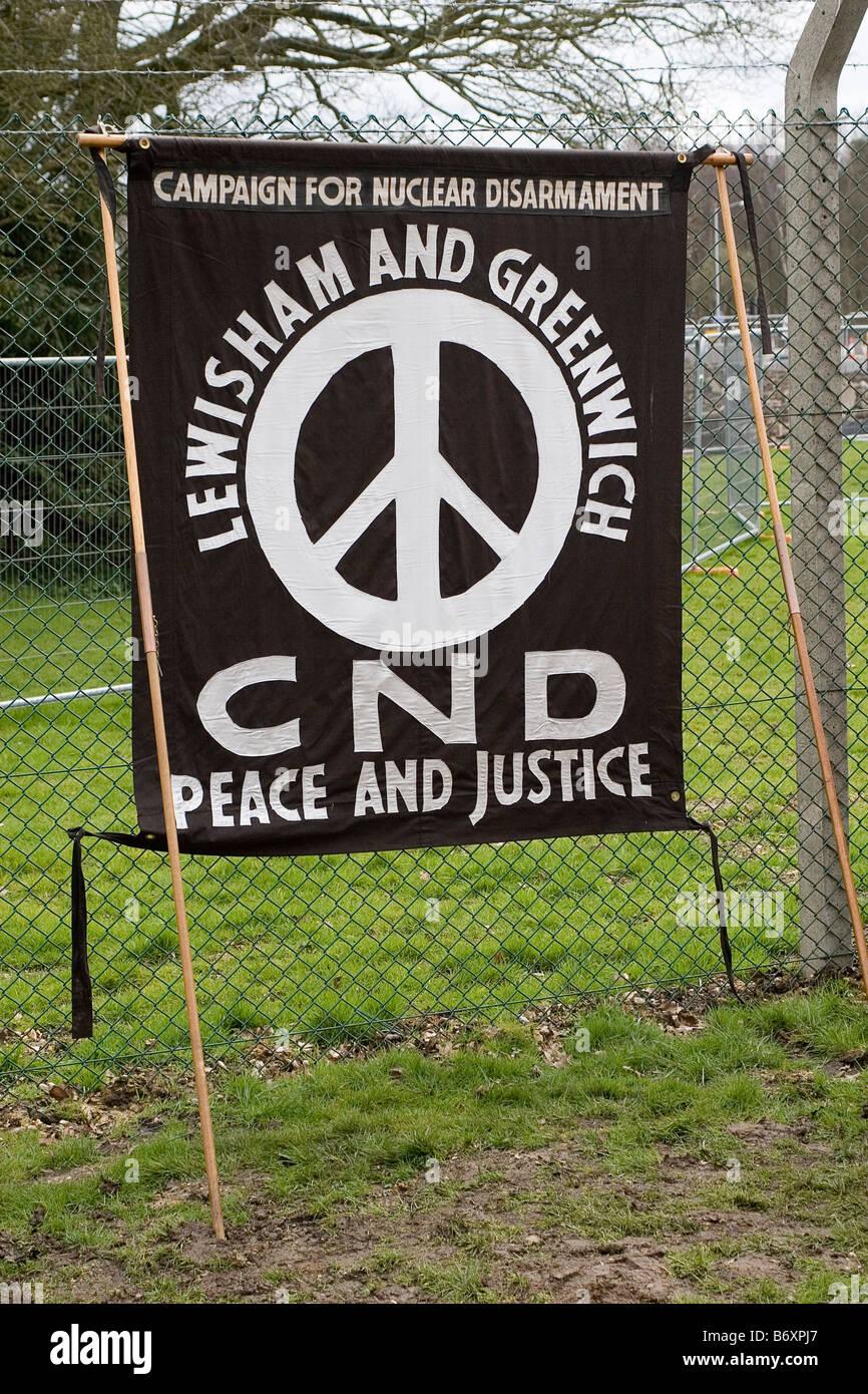 Bannière de protestation à la CND Pâques 2008 CND protester à AWE Aldermaston, Photo Stock