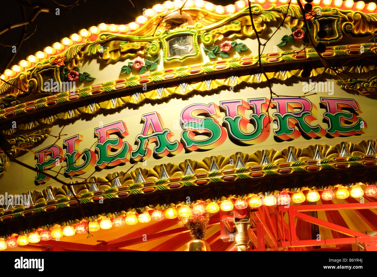 Le mot plaisir sur un merry go round Photo Stock
