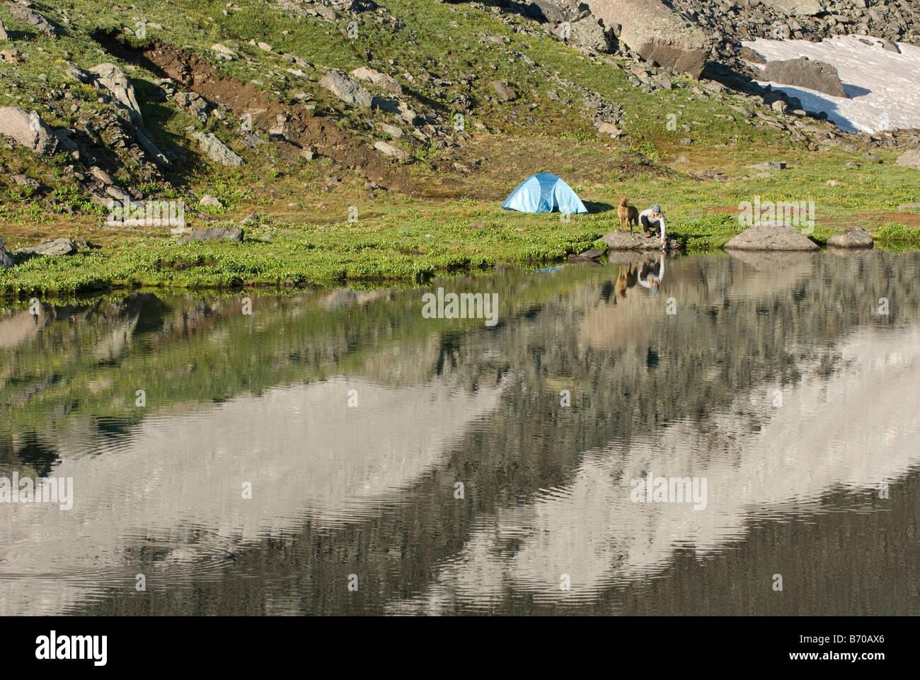Obtenir de l'eau femme de Clear Lake, San Juan National Forest, Colorado. Photo Stock