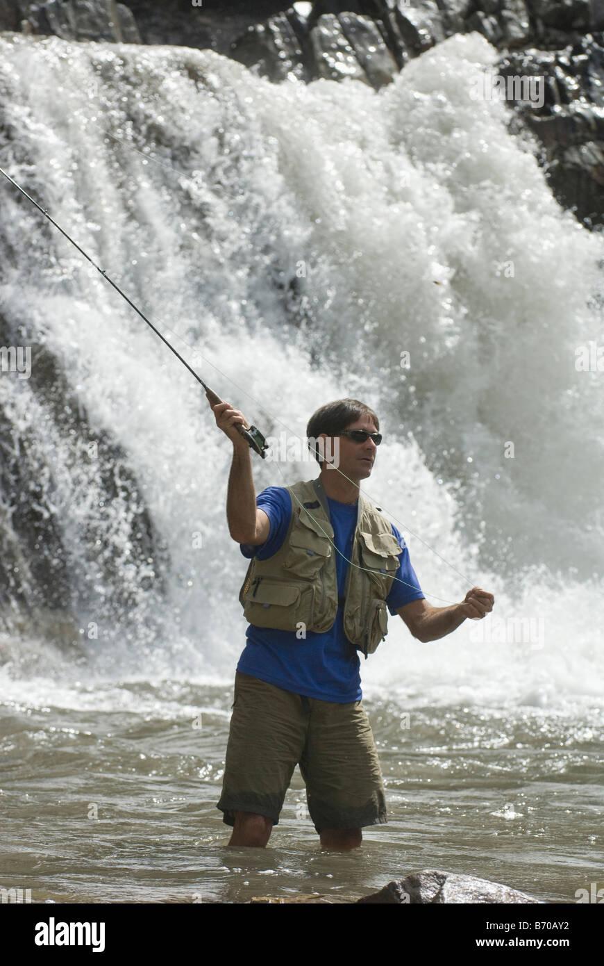 Pêche à la mouche l'homme ci-dessous Crystal Falls, le marbre, le Colorado. Photo Stock