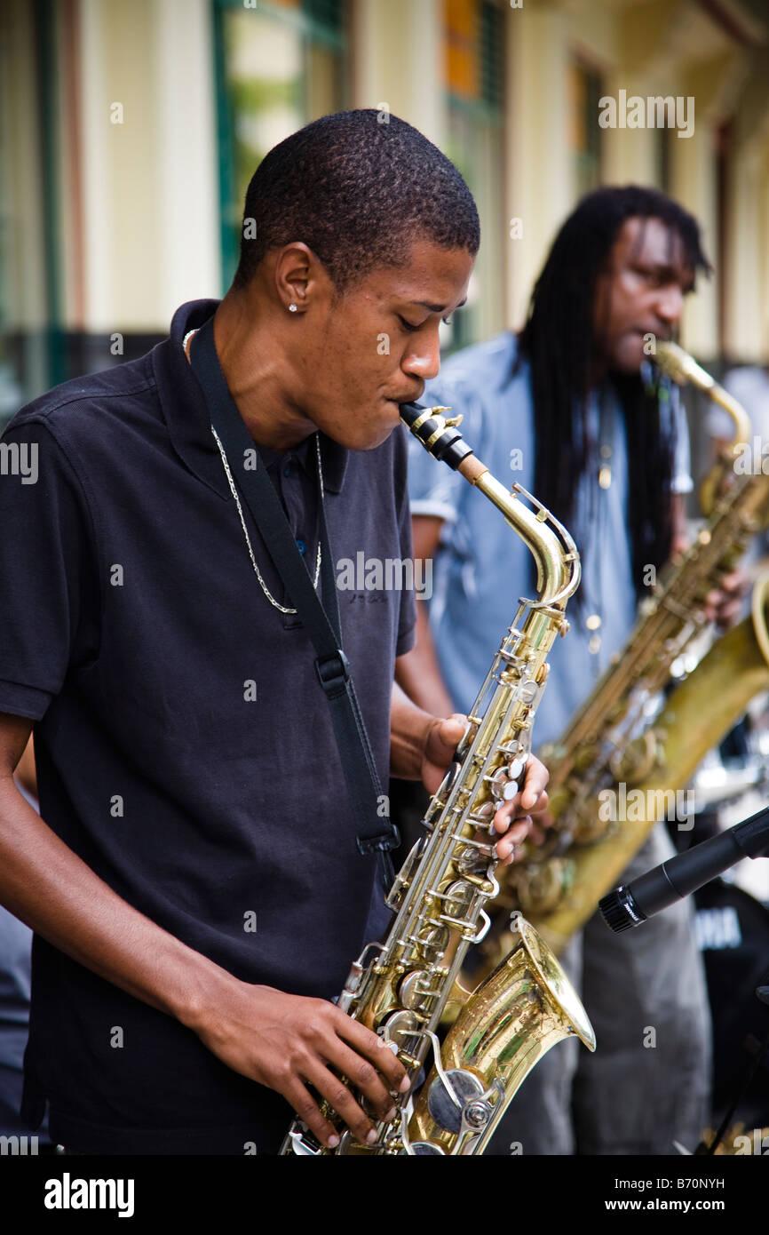 L'homme à jouer du saxophone et arts de la rue à un concert à Port Louis Ile Maurice Banque D'Images