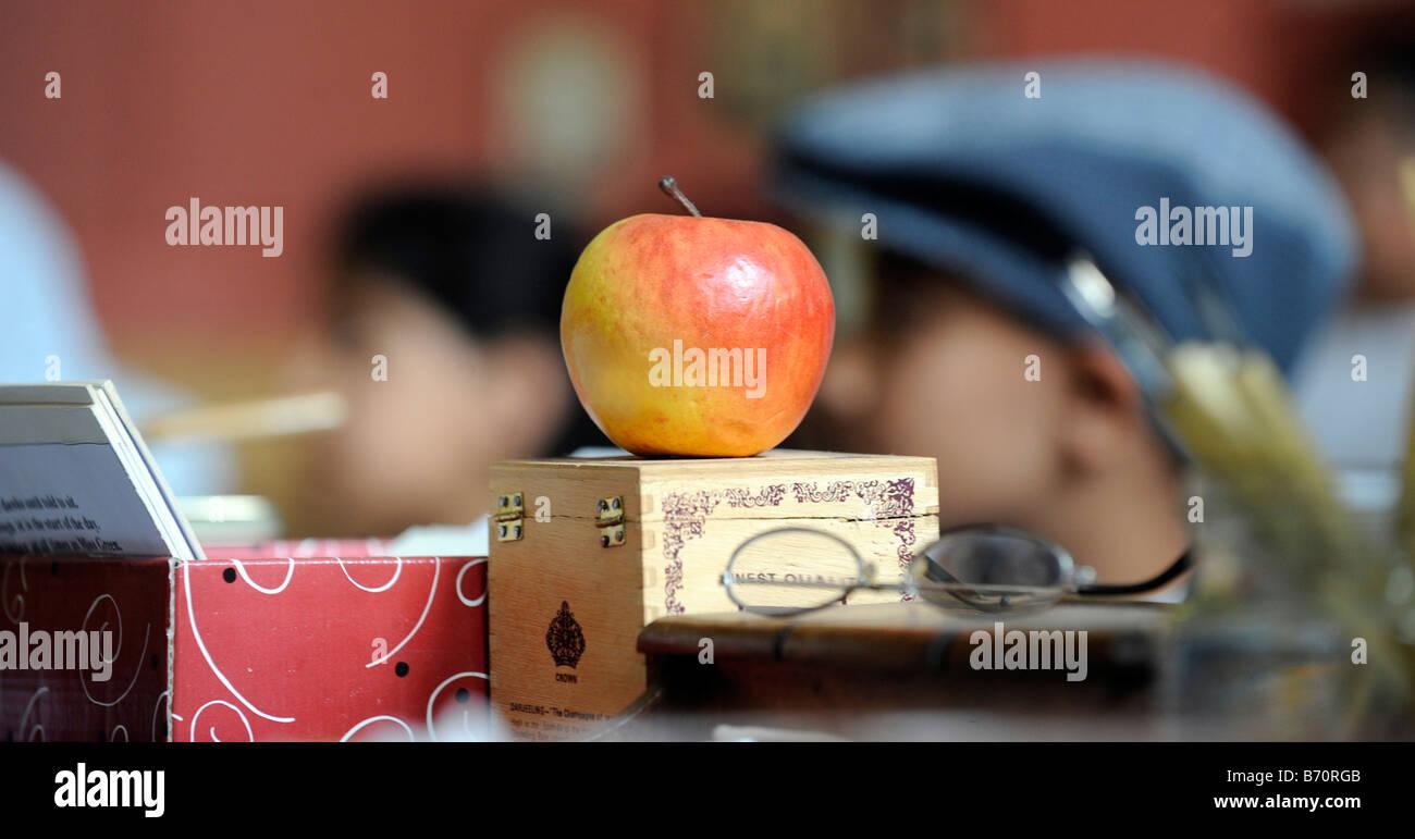 Une pomme donnée par un élève pour un enseignant déposé sur son
