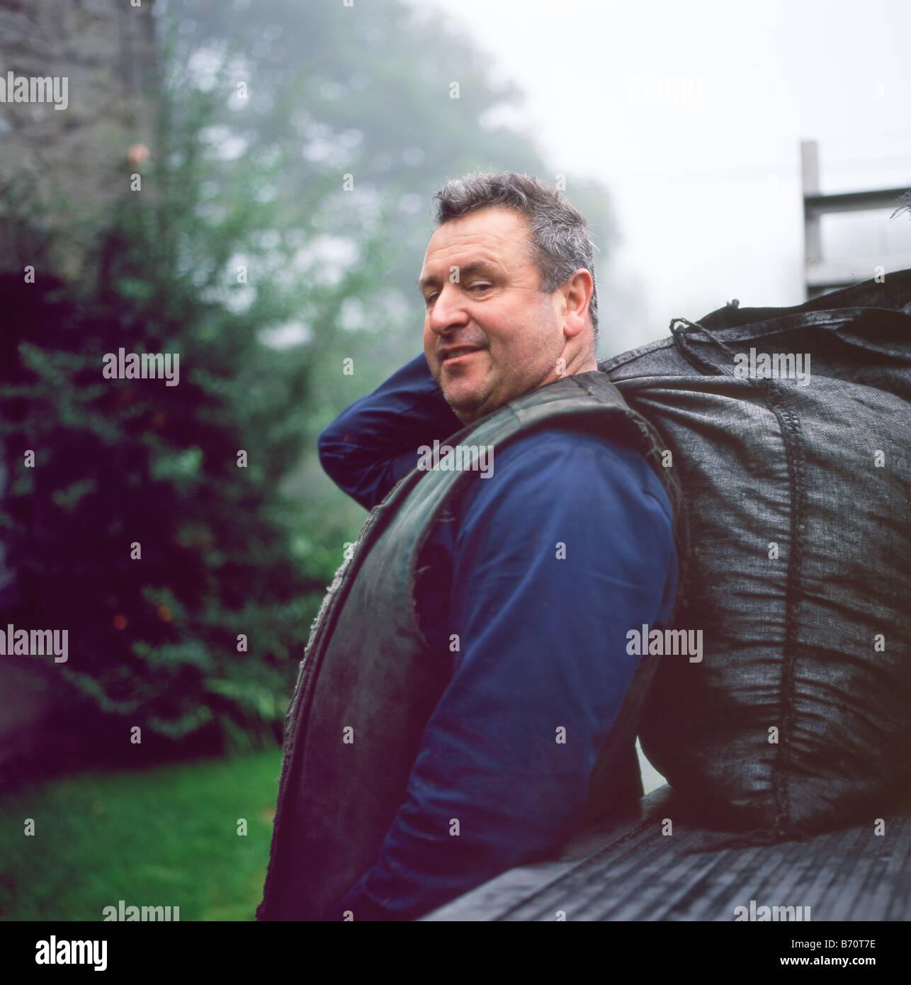Portrait de charbonnier Robert Brown de Marcilly sur Vienne livrer le charbon Carmarthenshire Llanwrda Wales UK Photo Stock