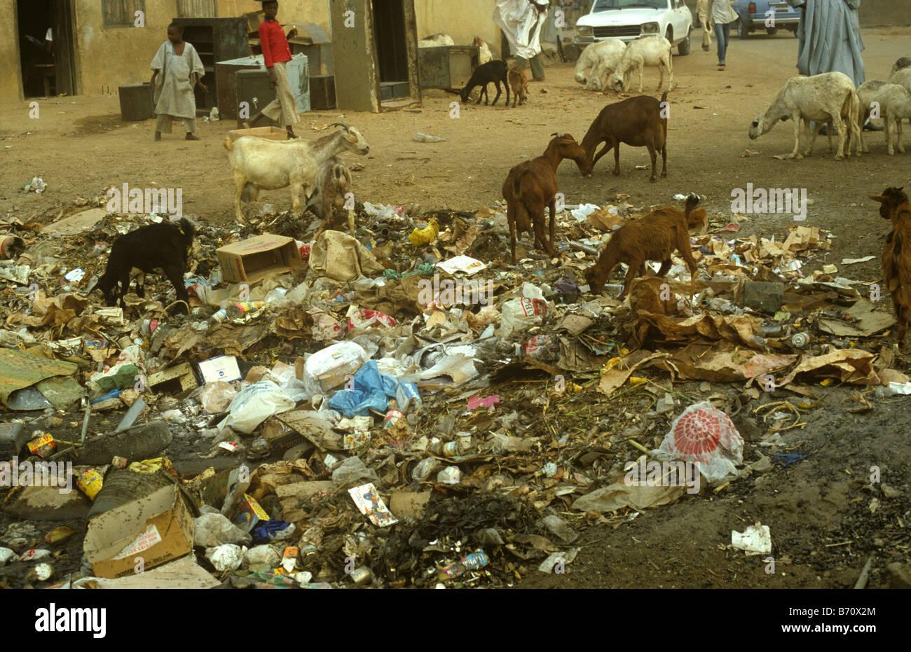 Les déchets domestiques et d'ordures dans les rues d'une ville du Nigeria Photo Stock