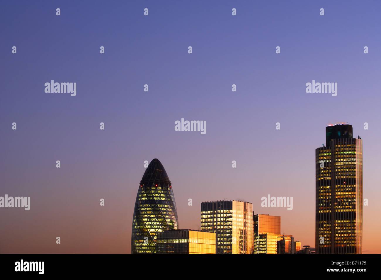 Nat West Tower Gherkin et toits de Londres Angleterre Londres au coucher du soleil Photo Stock