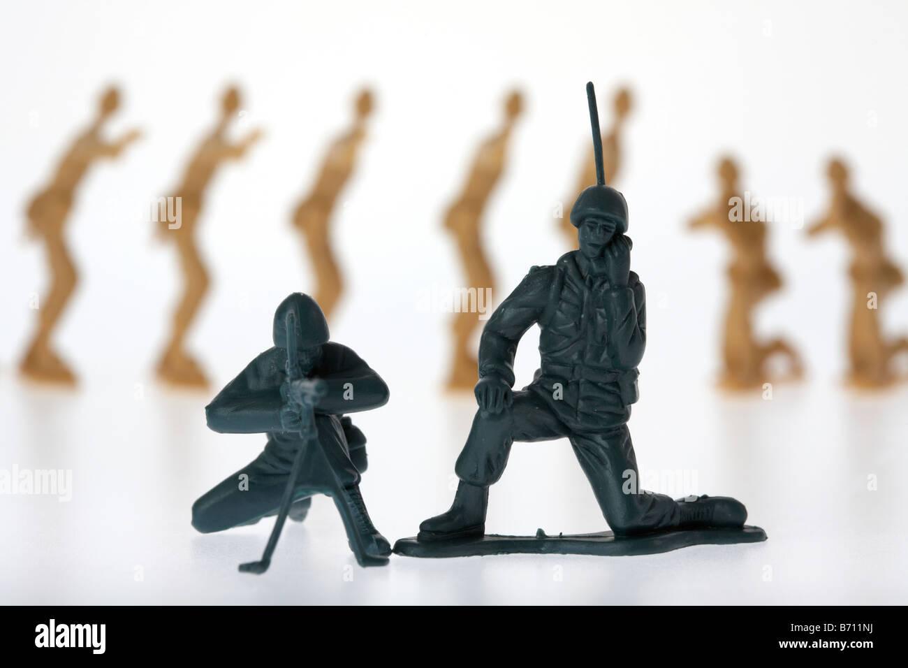 Toy Soldiers soldat communication radio mitrailleur et indifférent à être entouré par des soldats ennemis Banque D'Images
