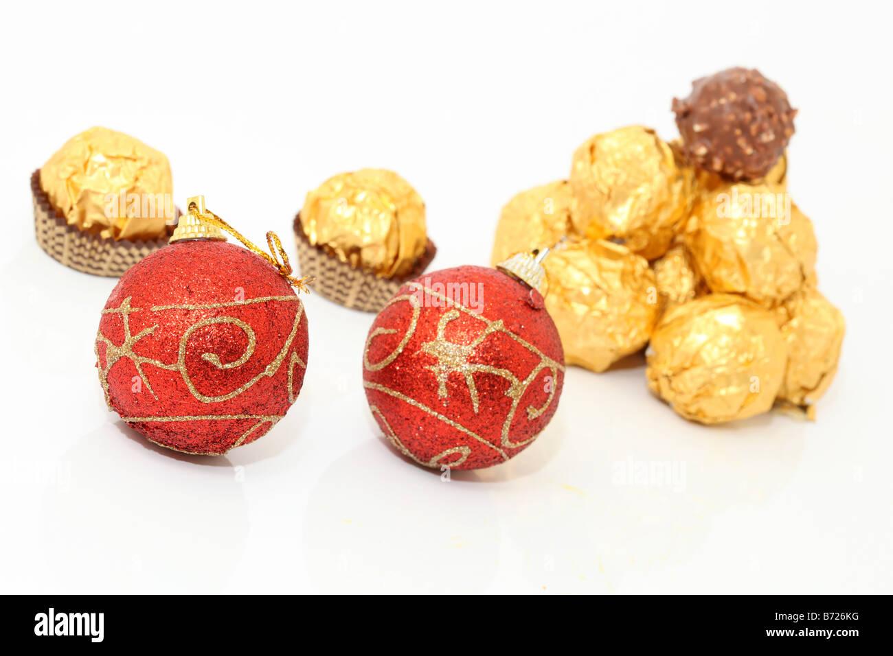 Boules de Noël et chocolats wraped or isolé sur fond blanc Banque D'Images