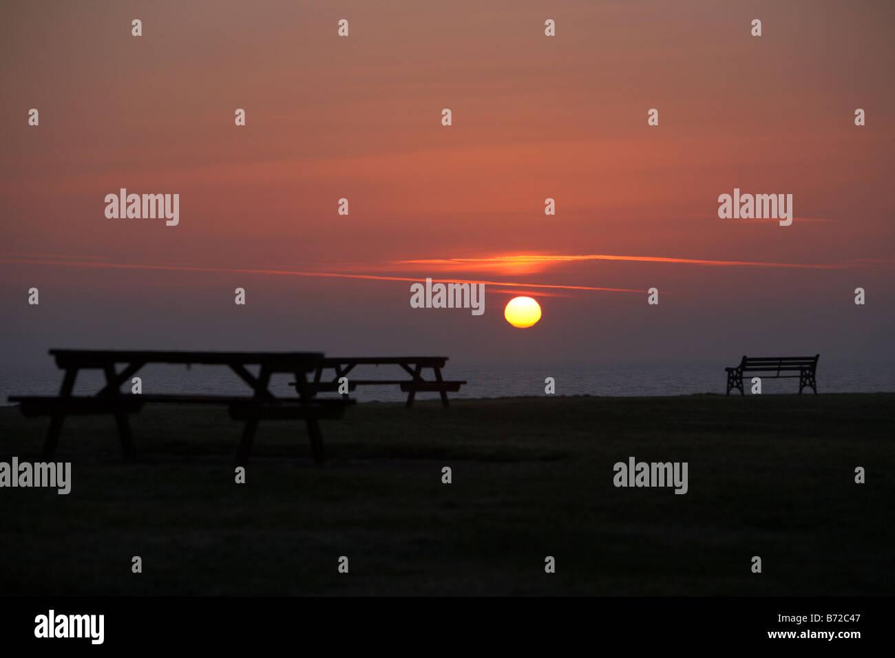 Lever de soleil sur l'hiver au chaud de pique-nique sur la côte du comté de Down en Irlande du Nord Photo Stock