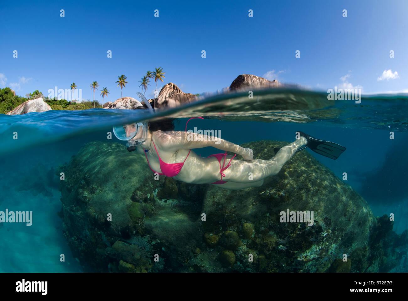 Plongée avec tuba dans les bains plage, îles Vierges britanniques, plongeur femelle, noire, masques, bikini, Blue Banque D'Images