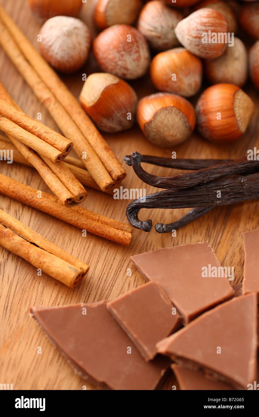 Bâtons de cannelle noisettes chocolat et vanille Photo Stock