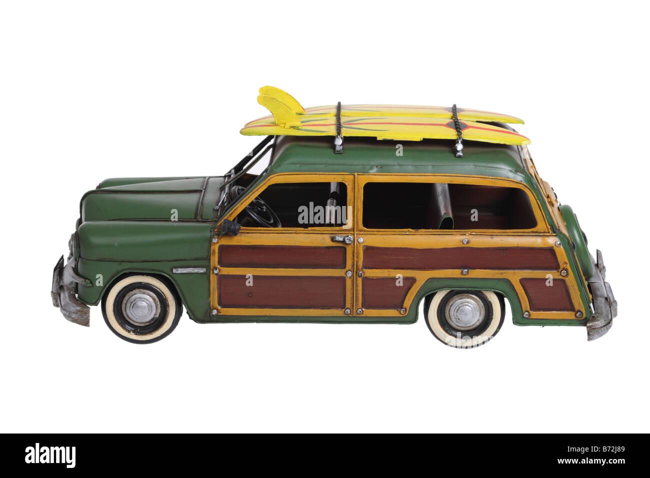 Woody classique modèle automobile surf découper sur fond blanc Photo Stock