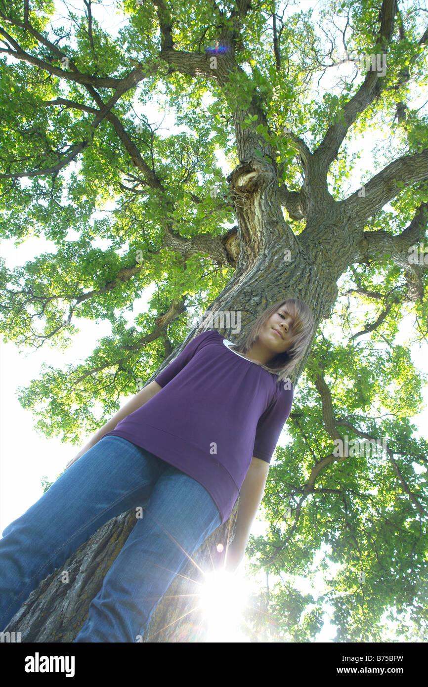 L'angle faible, 13 ans, fille, à côté arbre, Winnipeg, Canada Photo Stock