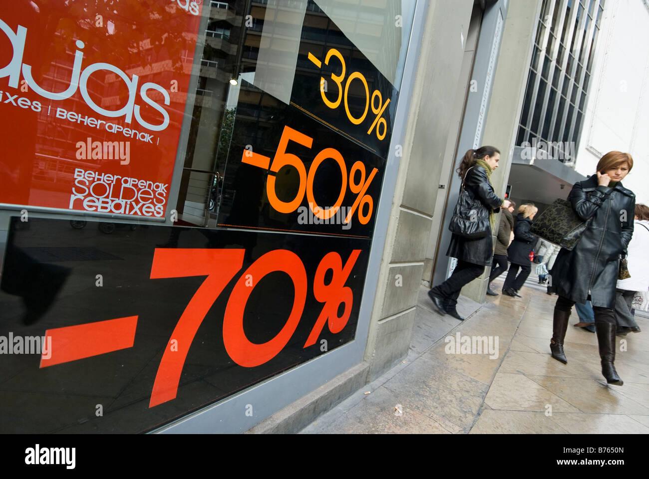 Vitrine montrant remise sur commode pour les acheteurs espagnols au cours de l'hiver ventes dans la ville de Photo Stock
