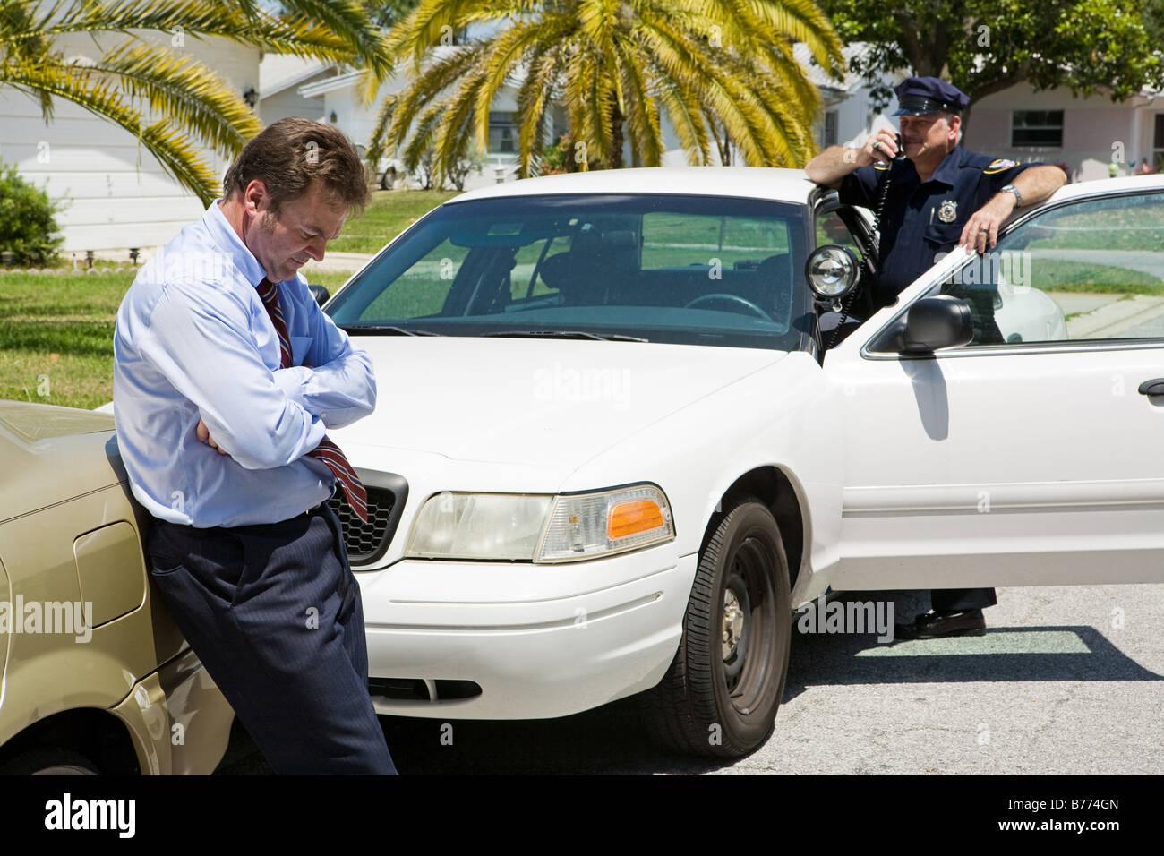À la recherche d'affaires s'est gêné par la police se concentre sur l'homme d'affaires Photo Stock