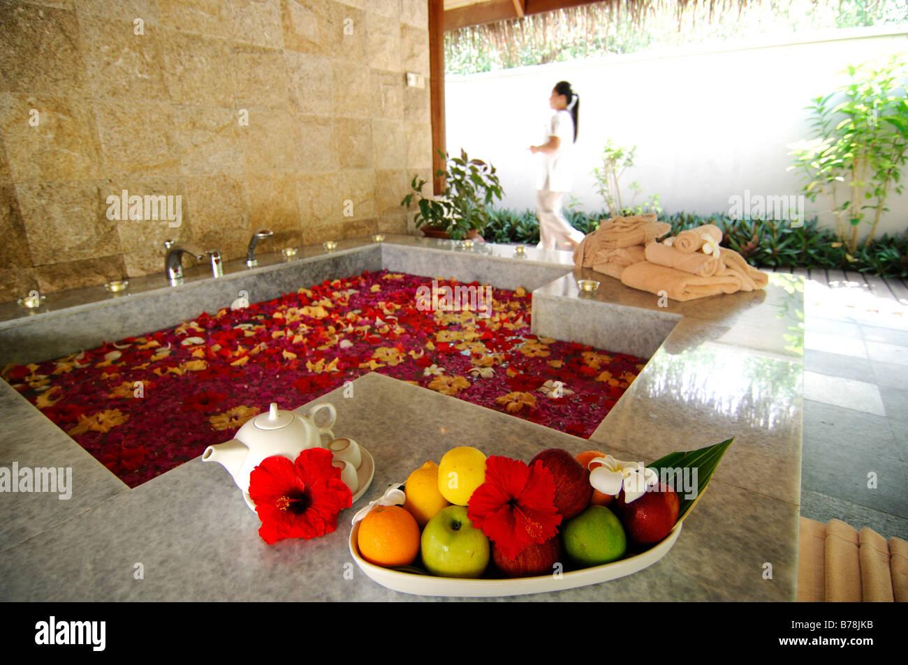 Pétale de fleur de bain, Aquum Spa, Full Moon Resort, les Maldives, l'Océan Indien Photo Stock
