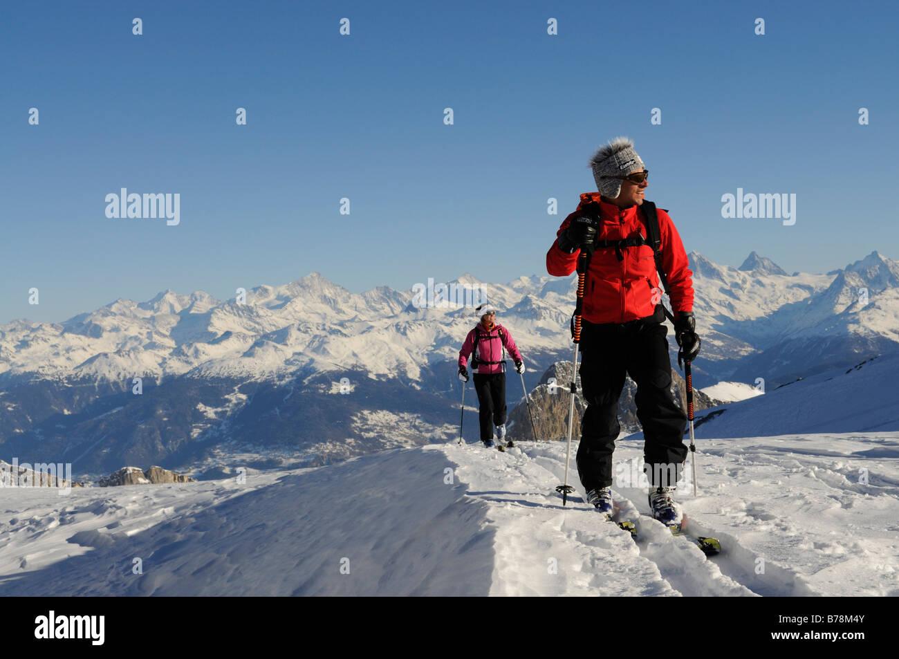 Ski Montagne grimpeurs, les Diableretes, domaine skiable Glacier 3000, Gstaad, à l'ouest des Alpes, haut Photo Stock
